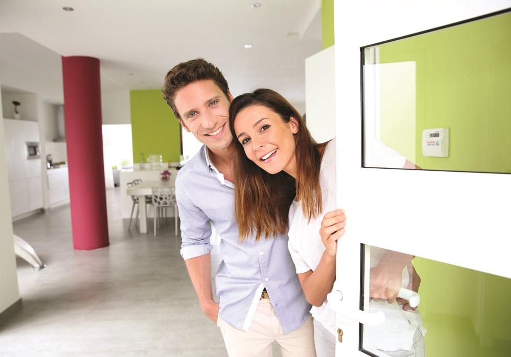 couple-opening-door-airbnb-1000x700