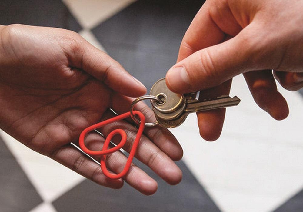 handing-keys-airbnb-1000x700